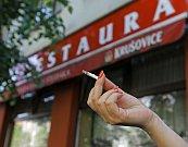 Kouření před restauracemi v Praze.