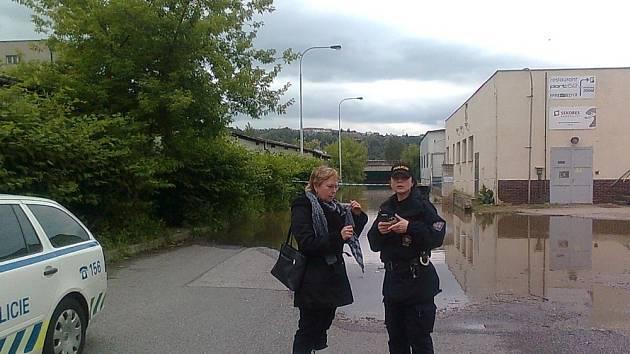 Eva Tylová, zástupkyně starosty v ulici K Jezu, kde voda stále stoupá a hrozí zatopení Belárie. Na fotce mjr Koudelková z MP Praha.