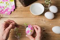 Malování velikonočních vajec. Ilustrační foto.