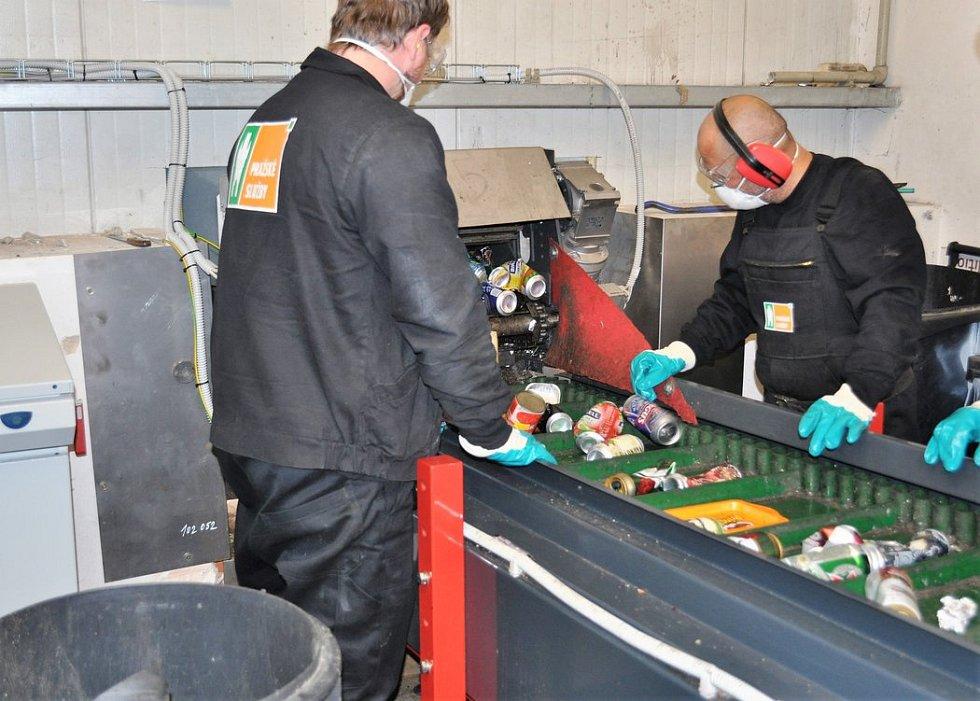 Ruční odstraňování nežádoucího odpadu a nečistot.