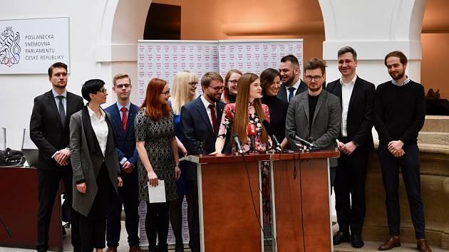 Pod palbou otázek. Jana Soukupová (za řečnickým pultem) se svými druhy na tiskové konferenci při příležitosti otevření pracovních skupin na půdě Poslanecké sněmovny. První žena vlevo je předsedkyně TOP 09 Markéta Pekarová Adamová.