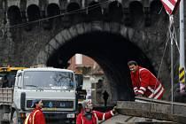PŘED MĚSÍCEM. Na začátku listopadu obsadila Vyšehradský tunel těžká technika. Dobyté území opustí o čtyři dny dříve, než se plánovalo. Tím také pro některé Pražany skončí romantické plavby do práce.