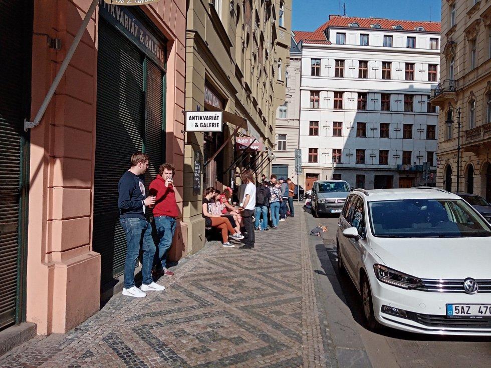 """Někde funguje výdejní okénko, někde i sezení pro jednotlivce u stolečku. Jinde mají úplně zavřeno. Oblast Karlovy ulice a okolí je stále nezvykle klidná, ale do """"vylidněnosti"""" z loňského prvního lockdownu má daleko."""