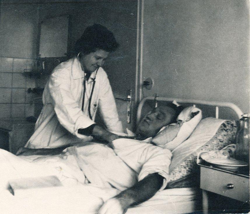 Hana Lobkowiczová jako doktorka na Praze 9, někdy mezi druhou polovinou 50. a první polovinou 60. let.