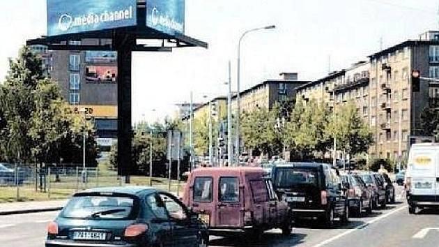 """DODATEČNÉ ROZPTÝLENÍ získají """"díky"""" bigboardu řidiči na již tak velmi rušné křižovatce ulic Koněvova, Spojovací a Pod Lipami. Podle statistik jde také o místo častých nehod."""