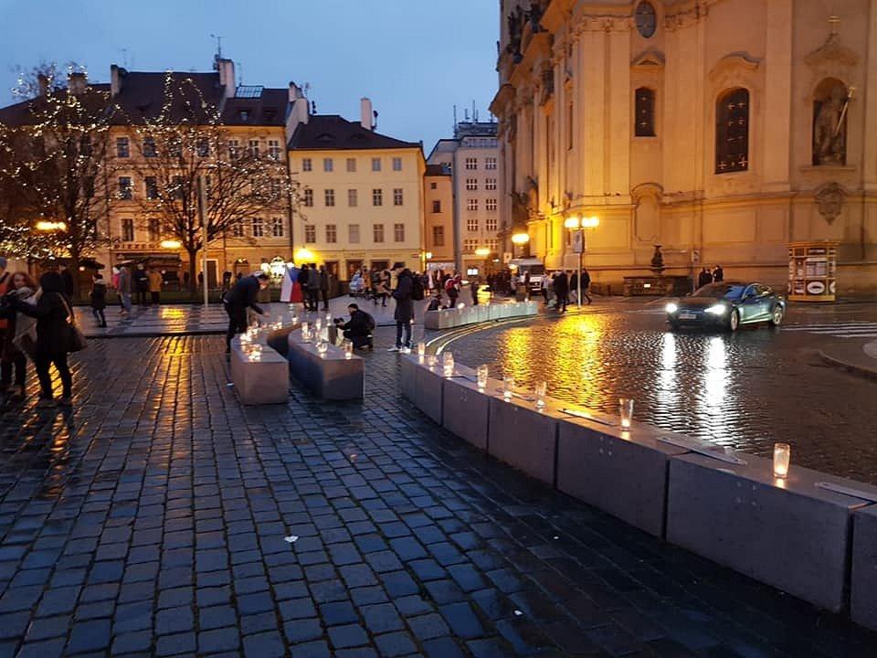 Protest proti protiepidemickým opatřením - Sídlo Úřadu vlády v Praze propojil 3. ledna 2021 se Staroměstským náměstím řetězec z půllitrů a skleniček se svíčkami na protest proti protiepidemickým opatřením vlády.