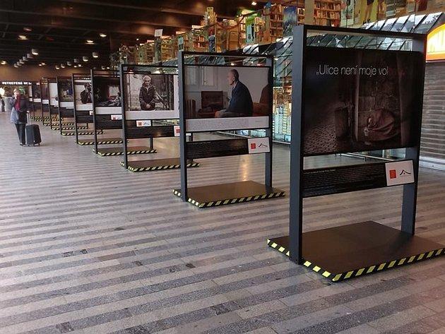 """Výstava s názvem """"Ulice není moje volba"""" na hlavním nádraží v Praze."""