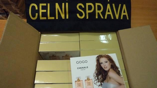 Pražští celníci zajistili padělky parfémů.