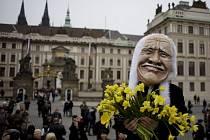 Desítky lidí na Hradčanech oslavují konec Klausova mandátu