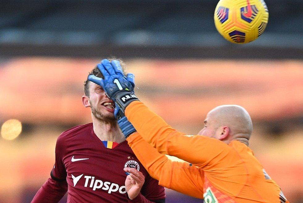Sparťanský fotbalista Ladislav Krejčí musel být v utkání s Karvinou ošetřován. Zranil ho brankář Bolek před druhým gólem Sparty.