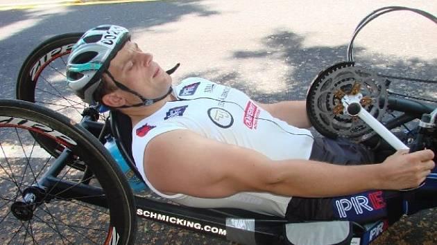 Sportovci na vozíku v Praze ukradli speciálně upravené kolo. Policie po pachatelích pátrá.