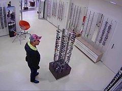 Muž podezřelý z krádeže slunečních brýlí v optice v Horních Počernicích.