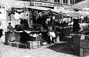OVOCE A ZELENINA. Ovocný trh sloužil ke svým původním účelům ještě na začátku 20. století.