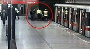 Muž spadl do kolejiště metra, strážník a kolemjdoucí mu pomohli.