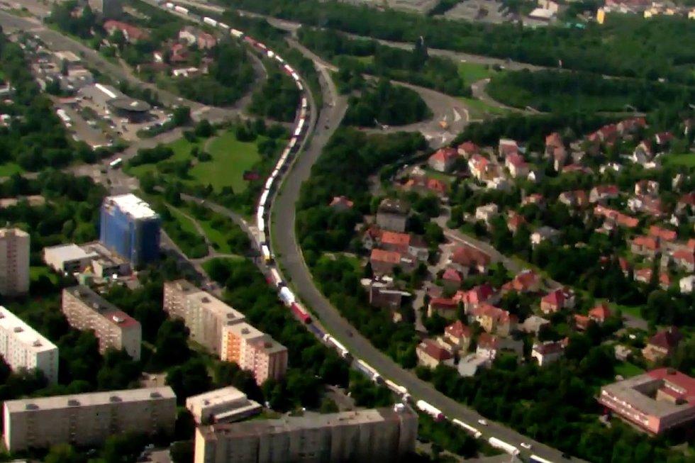 Kolony na Jižní spojce v Praze pohledem z policejního vrtulníku.
