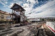 Už tři měsíce po zahájení stavebních prací došlo k požáru historického hradla, které je nemovitou kulturní památkou. Původní plány s úpravami hradla nepočítaly, avšak nakonec došlo ke změně a jeho oprava byla začleněna. Nebude využíváno.