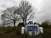 Robot R2-D2 z Hvězdných válek, kterého kdosi vytvořil z výduchu podzemního krytu na Folimance.