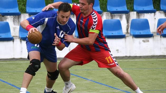 Jednou z opor TJ Avia Čakovice je v této sezoně útočník Zdeněk Dafčík (v modrém).