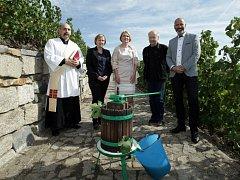 Setkání k Vinobraní na Grébovce za účasti starostky Prahy 2 Jany Černochové. Pro návštěvníky je připraveno přes 20 tisíc litrů vína a burčáku.