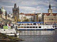 Řeka Vltava láká nejen provozovatele velkých výletních lodí, ale i majitele menších plavidel. Ilustrační foto.