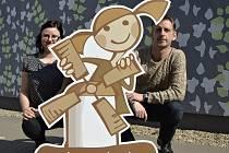 Maskotka neziskovky Hornomlýnská společně s vedoucí komunitního centra Filipovka Ivetou Klingenhoferovou a ředitelem společnosti Romanem Muchou.