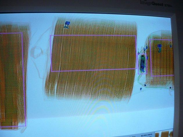 Celníci na Letišti Václava Havla v pražské Ruzyni odhalili v příručních zavazadlech velké množství kartonů cigaret, které dovážel 39letý cizinec cestující na pravidelné lince Manila - Dubaj - Praha.