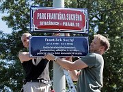 Sdružení Post Bellum umístilo cedule označující nově pojmenovaný Park Františka Suchého.