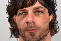 Pražská policie zveřejnila digitálně upravenou podobenku uprchlého vězně Jana Nováka, kterého kriminalisté označují jako velmi nebezpečného lupiče. Záběry by měly odpovídat současné realitě – snímek s vlasy je podle dostupných informací nejvěrnější.