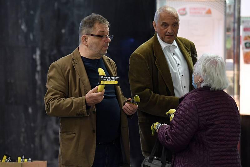 Herci Milan Šteindler (vlevo) a David Vávra (uprostřed) uspořádali v Praze happeningna podporu volební účasti.