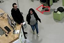 Podezřelá žena v Holešovické tržnici.