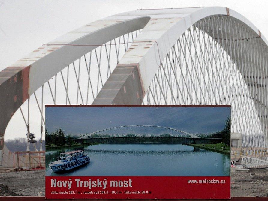 Trojský most se stal samonosným, hrubá stavba je hotová