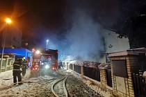 U požáru rodinného domu v Jinonicích zasahovaly všechny složky integrovaného záchranného systému.
