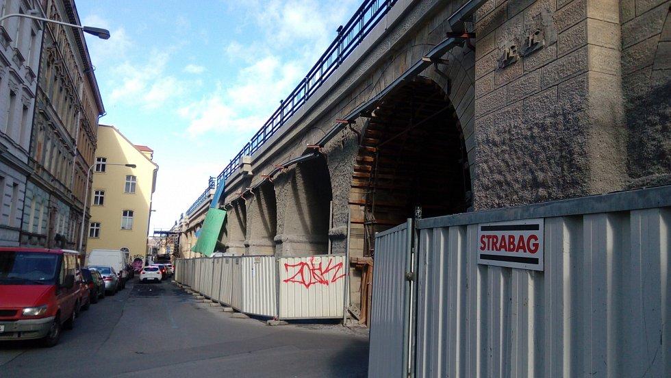 Odsolovací nástřik na Negrelliho viaduktu.