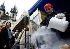 Na snímku kuchař z Majestic Plaza vytváří čokoládovou zmrzlinu pomocí tekutého dusíku.