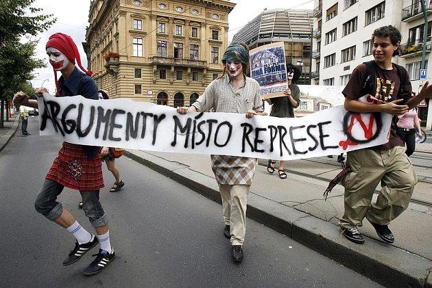 Zhruba šest desítek příznivců squatingu v klaunských převlecích pochodovalo z Kampy na Palackého náměstí, aby tak vyjádřili svůj protest proti vystěhování squaterů z vily Milada.