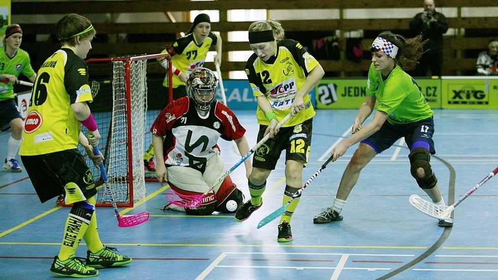 FLORBALISTKY Elite (ve žlutém) porazily Olomouc až po boji 3:1.