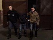 Předvedení muže,který ranou pěstí srazil prodavačku drogerie.