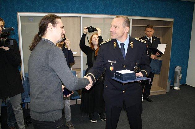 Policejní ředitel ocenil zachránce dítěte.
