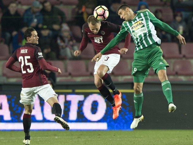 K prvnímu utkání v zelenobílém dresu nastoupil Miroslav Markovič na Spartě. Na snímku ho vidíme v hlavičkovém souboji s Michalem Kadlecem, přihlíží Mario Holek.
