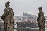 Pohled na Pražský hrad z budovy Národního divadla v Praze.