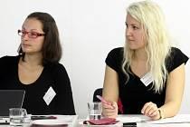 V porotě soutěže Neziskovka roku zasedla i autorka seriálu Pražské neziskovky Veronika Cézová (vpravo). Vedle ní na snímku Ivana Ježková, která se zabývá společenskou odpovědností firem.