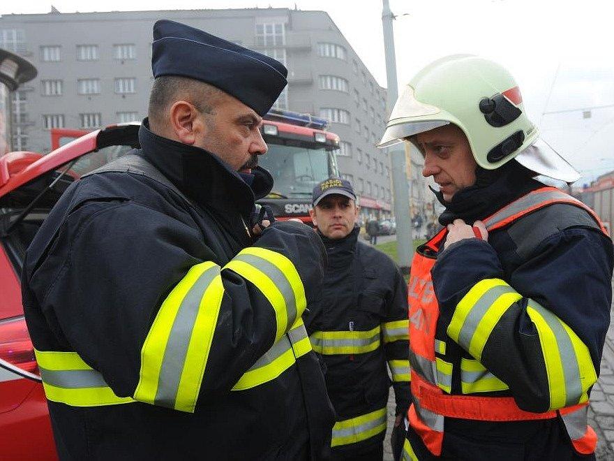 Hasiči byli dvacet minut před devátou hodinou přivoláni do Zenklovy ulice s tím, že hoří kontejner s odpadem ve vestibulu.