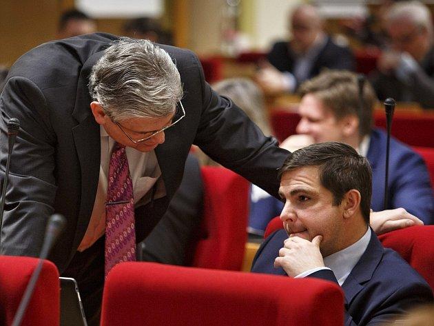 Zákulisní hráč, zastupitel Karel Březina z ČSSD diskutoval na zastupitelstvu s šéfem krajského výboru ČSSD a zastupitelem Miloslavem Ludvíkem.