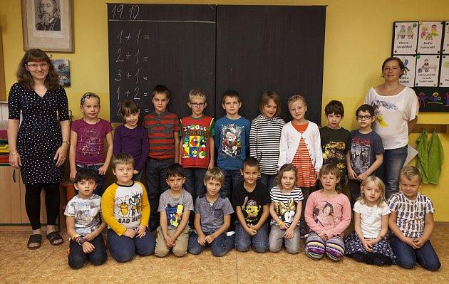 ZŠ KDolům 1.B třída - třídní Hana Trachtová (vlevo) a asistentka pedagoga Ivana Máčaiová.