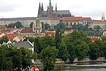 Pohled na panorama Hradčan s chrámem sv. Víta ze střechy někdejšího mýtného domku na kraji mostu Legií.