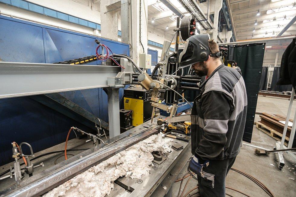 Navařovací automat, jedna z posledních investic Pražské strojírny. Nahrazuje doposud převládající ruční metody navařování a tím zvyšuje kvalitu navařovaných konstrukcí. Tento stroj obsluhuje Josef Nagy.