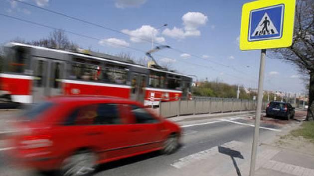 AUTO JAKO ZBRAŇ. Mnozí řidiči si neuvědomují, co mohou svojí agresivní jízdou způsobit. Pomoci by jim v tom mohlo například povinné promítání záběrů dopravních nehod./Ilustrační foto
