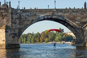 Parašutista pod Karlovým mostem.