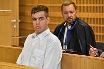 Obžalovaný Štěpán Černín (vlevo) stanul 20. července 2020 před Obvodním soudem pro Prahu 10, který začal potřetí projednávat napadení muže tmavé pleti fotbalovými fanoušky v pražské tramvaji.