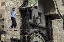 Supina highlinerů (provazochodců) přecházela 12. dubna Staroměstské náměstí v Praze.